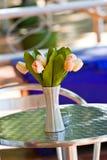 关闭高雅在桌上的花花束 图库摄影