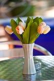 关闭高雅在桌上的花花束 免版税图库摄影