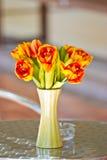 关闭高雅在桌上的花花束 库存图片