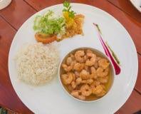 关闭鲜美油煎的桃红色虾烹调用大蒜或大虾s 库存图片