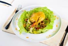关闭鲜美鸡肉菜肴用鸡蛋和素食者 免版税库存照片