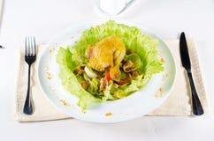 关闭鲜美鸡肉菜肴用鸡蛋和素食者 免版税图库摄影