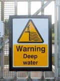 关闭黄色标志在警告的船坞深水 免版税库存照片