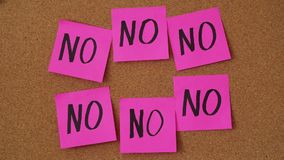 """关闭黏附""""yes†笔记的人的英尺长度在许多""""no†笔记中的委员会 股票视频"""