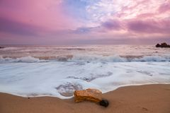 关闭黑海与波浪的岸线照片和黄沙在12月上旬早晨 免版税库存图片