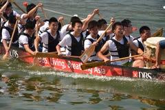 关闭龙小船参加者在新加坡发展银行河赛船会2013年 免版税库存照片