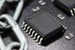 关闭,保护的概念 技术blockchain,网络通行的加密 在一黑暗的backgro的电子元件 库存照片