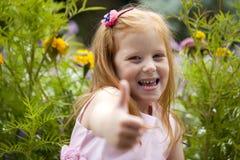 关闭,小红色朝向的女孩画象  免版税库存图片