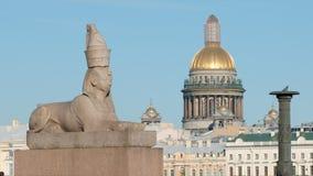 关闭:以撒大教堂和埃及古色古香的狮身人面象在一个堤防在Vasilievsky海岛上 库存图片