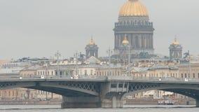 关闭:St以撒` s大教堂和通告Blagoveshensky桥梁在多云天 免版税库存图片