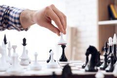 关闭 下象棋者走与典当 免版税库存图片