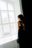 关闭 个性 黑正式舞会晚礼服的体贴的典雅的夫人 演播室被修饰的照片 库存照片