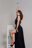 关闭 个性 黑正式舞会晚礼服的体贴的典雅的夫人 演播室被修饰的照片 免版税图库摄影