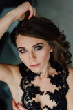 关闭 个性 黑正式舞会晚礼服的体贴的典雅的夫人 演播室被修饰的照片 免版税库存照片