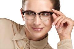 关闭年轻人微笑的美丽的妇女佩带的镜片 库存图片