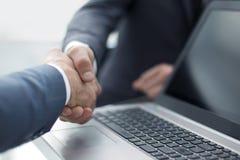 关闭 企业同事与彼此握手 库存照片