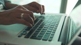 关闭-使用膝上型计算机的妇女 股票录像