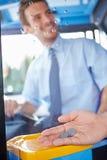 关闭给公共汽车旅途的手司机车费 免版税库存图片