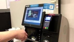 关闭付出的食物人轻拍的蜜桔信用卡在自检柜台 股票视频