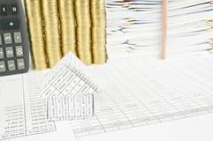 关闭财务帐户的房子有铅笔地方垂直 库存照片