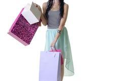 关闭年轻可爱的妇女运载的购物小包 库存照片