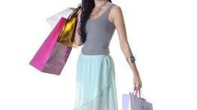 关闭年轻可爱的妇女运载的购物小包 免版税库存照片