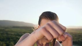 关闭 在山上面的美好的脚踢拳击女孩训练在日落或日出的在夏天 恼怒的妇女年轻人 股票录像