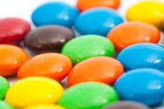 关闭-在焦点,五颜六色的涂上巧克力的糖果A堆外面  免版税图库摄影