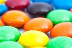 关闭-在焦点,五颜六色的涂上巧克力的糖果A堆外面  免版税库存图片