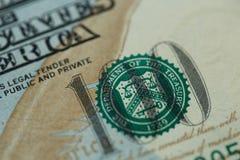 关闭100在美国货币的美金 库存照片