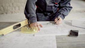 关闭画在设计规划和规格的男性手线 建筑图纸,水平,防护 股票录像