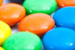 关闭-堆五颜六色的涂上巧克力的糖果 库存照片