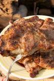 关闭水多的猪肉牛排看法在一开放flam烹调的叉子的 免版税库存照片