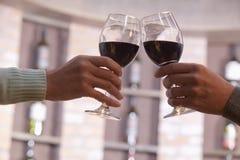 关闭仅夫妇敬酒,手和葡萄酒杯 免版税图库摄影
