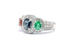 关闭绿宝石、蓝色青玉和桃红色金刚石与白色dia 库存图片