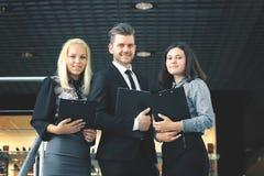 关闭 小组商人谈话在办公室的阳台 免版税库存图片