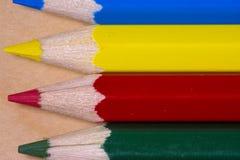 关闭水平的黄色,红色,蓝色和绿色铅笔宏观射击  库存图片