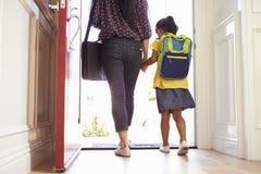 关闭离开为学校的母亲和女儿 库存图片