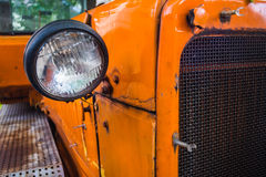 关闭从拖拉机的一盏老灯 免版税库存照片