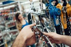 关闭 推销员在电动工具商店显示有胡子的客户新的绞盘 免版税库存图片