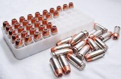 关闭  40枚口径子弹,一些和一些在塑料壳容器外面 免版税库存图片