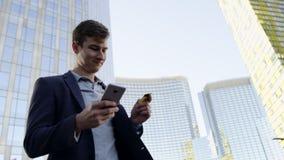 关闭付付款通过互联网使用巧妙的电话和看天空的人 股票录像