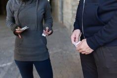 关闭从毒贩的上瘾者买的药量 免版税图库摄影