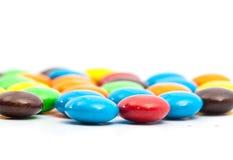 关闭-浅DOF,五颜六色的涂上巧克力的糖果A堆  免版税库存照片
