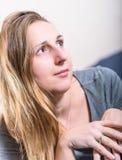 关闭年轻深色的妇女垂直面孔画象  图库摄影