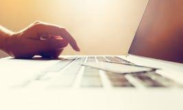 关闭购物的网上概念的妇女手键入的键盘 免版税图库摄影
