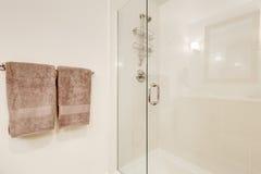 关闭玻璃阵雨客舱在白色干净的卫生间里 免版税库存图片
