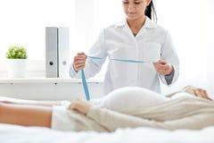关闭医生和孕妇在医院 免版税库存图片