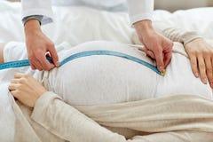 关闭医生和孕妇在医院 免版税库存照片