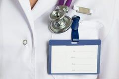 关闭医生胸口看法与被截去的空白的徽章的 库存图片